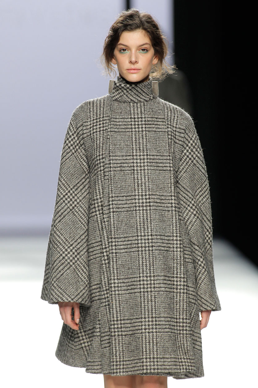 devotaylomba-abrigo-pasarela-española